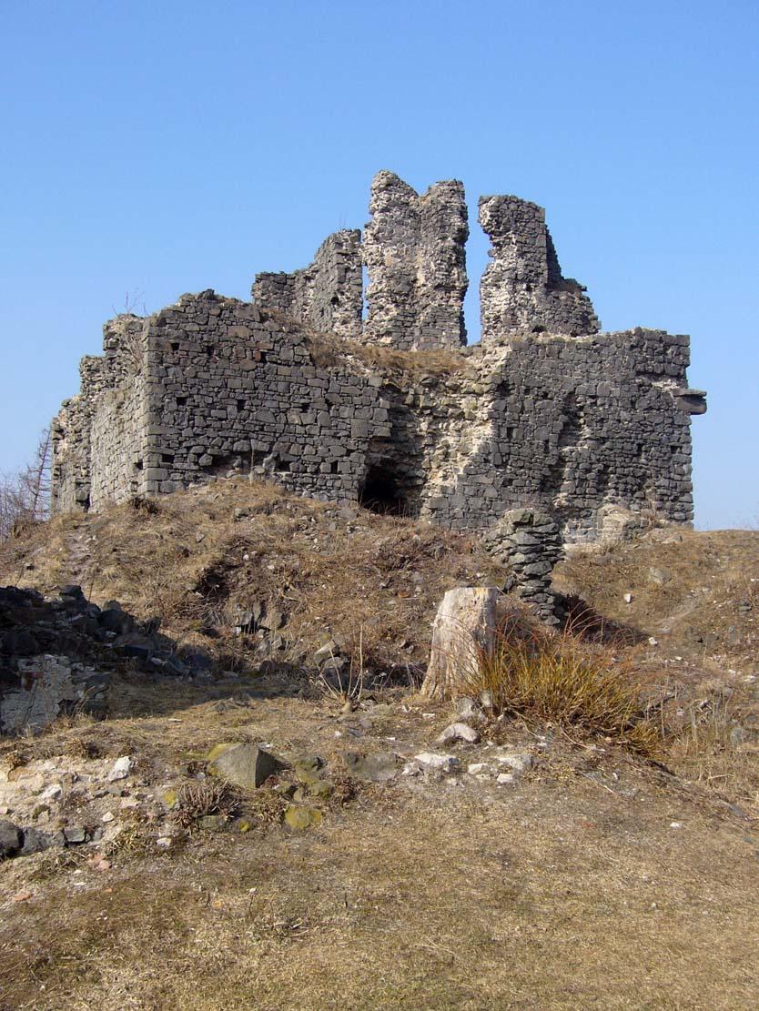 ruiny donżonu, fot. źródło Wikimedia Commons